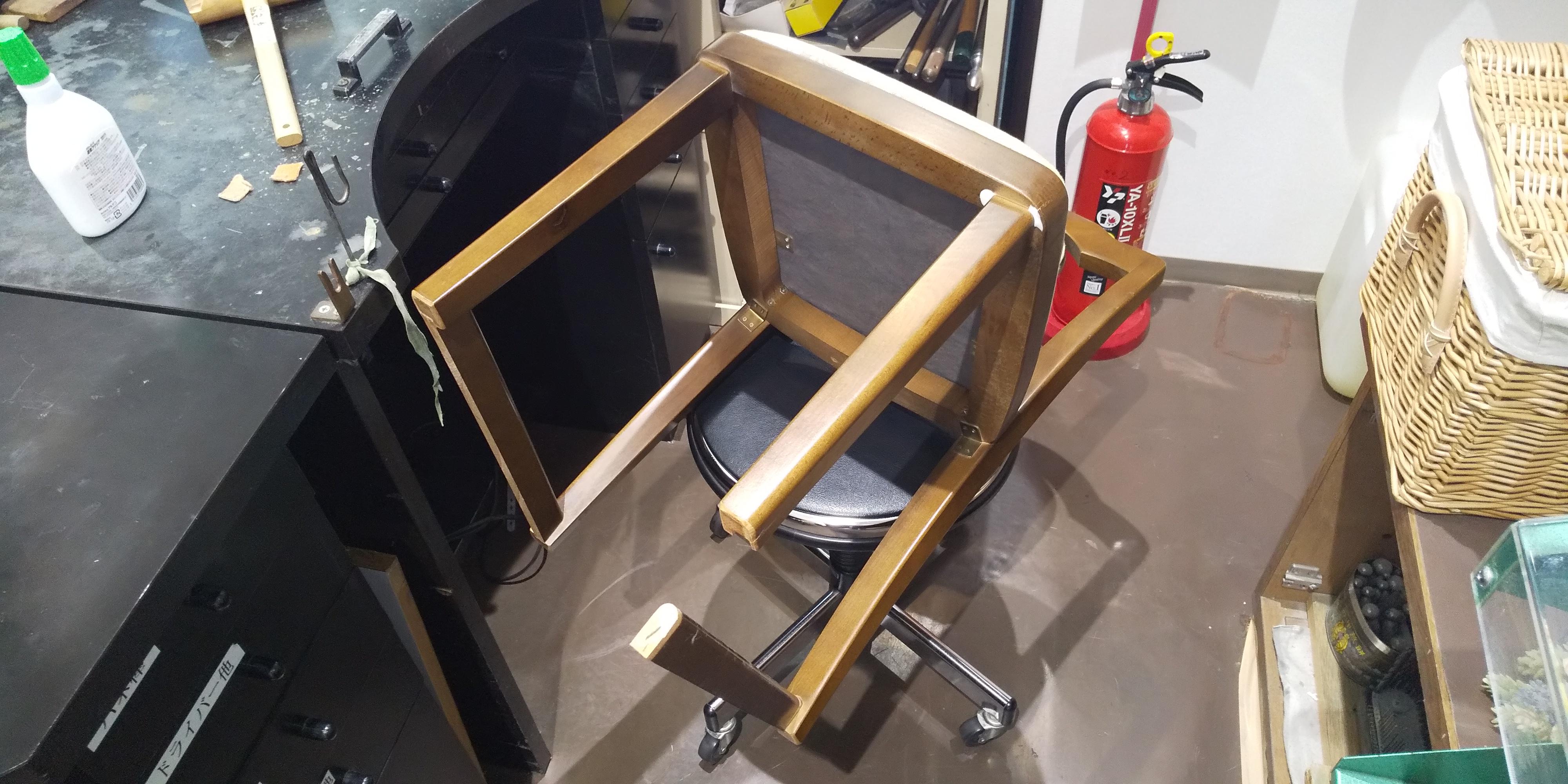椅子が壊れた!